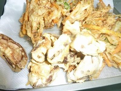 かき揚げとシイタケのどんこを揚げました(^^♪ やっぱり「そば」には天ぷらがあいますね(*^_^*)