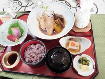 10時からの散策でかなり、アップダウンの歩きましたので、ランチを頂きました。ランチ参加人数が13人の為事前に予約。「松島」という創業17年の料亭旅館の「松島」は昭和の香りのする素敵な雰囲気。食事はどれも1620円(税込)で皆さん大満足(^^♪美味しかった!デザートもコーヒーも付いてました(^^♪
