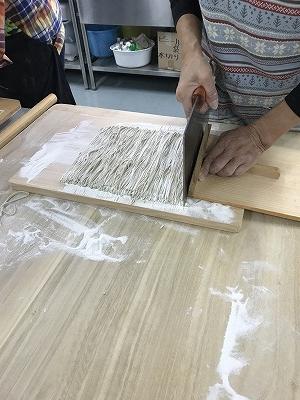 Nさんの切りです。先生が幅を測り、それを何回でカットするか、それで割るとカットした細さの幅がでるそうです。30cmを192回切ったので、蕎麦の幅は1.55mmだそうです(^^♪