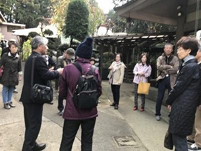 NPO法人横浜シティガイド協会の斎藤先生の説明を熱心に聞いてます。