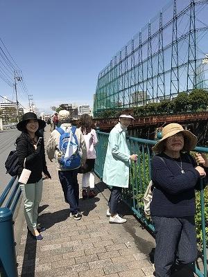 昔の線路が途中で分断されています。鉄さびがすごかったです。この道はほとんど知ることがない道・・・・皆さん唖然!!「横浜駅近いのにこんな場所があったのねぇ?!」