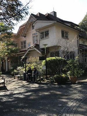 浄明寺をさらに上に行くと、素敵なレストランがあります。ランチは鎌倉の駅前のレストランを予約しましたので、ここでは石窯で焼いたパンを買いました(^^♪