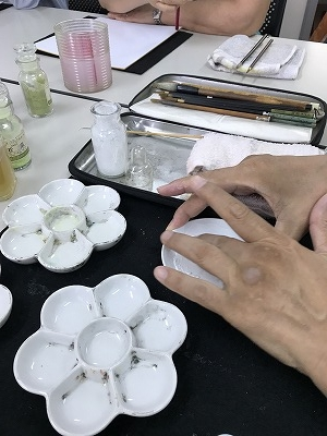 にかわ(白い粉)を指さきで溶きます。グルグルと・・・。(^^♪