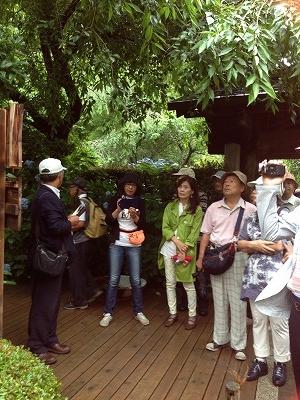 シティガイドの斎藤先生の説明を熱心に聞くメンバー