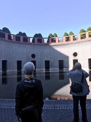 中庭には、池があり、一角でコンサートなども行うそうです(^^♪
