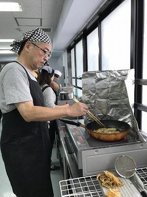 いつも天ぷらのお手伝いをしてくれる、Mさん、この日は「カボチャ」と「野菜のかき揚げ」でした(^^♪