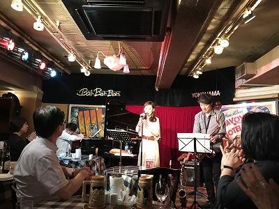 ボーカル:寿永アリサさんとラテンジャズセッション リズミカルな曲と少しハスキーな歌声が、聴いている私たちを元気に、そして癒してくれました(^^♪ ♬