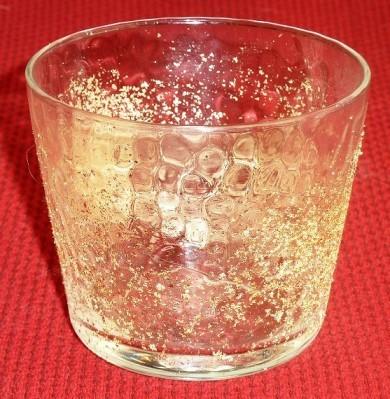 金箔を貼った後のグラスです。