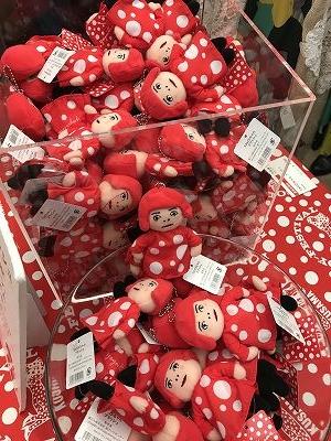 草間彌生さんがたくさん!! ショップは購入するのに、なんと30分はかかりそうです。