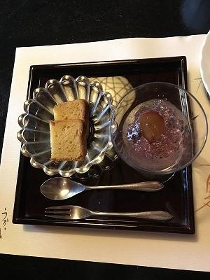 デザートはコーヒーか抹茶、豆腐が入ったバウンドケーキ。葡萄ジュレ。とても美味でした(^^♪