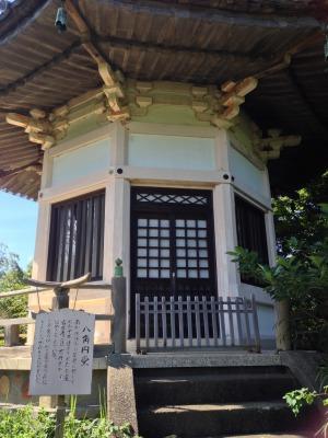 八角堂です。法隆寺の夢殿を模して建立したそうです。以前は「本尊」と「観音菩薩」が安置されていたそうですが、盗難にあって今はありません((+_+))