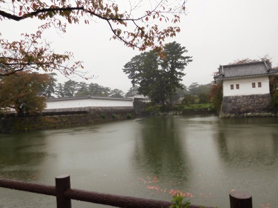 雨の中の遠くからの城やお堀でしたが、情緒あふれて・・・大変良かったです(^^♪