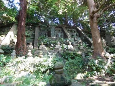 百仏崖、各所から無縁仏を迎え安置してあります。