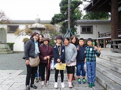 茨城県から修学旅行に来ていた小学生とおしゃべりして、記念にパチリ(^^♪それにしても背が高いですね!!