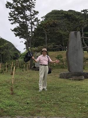 新田義貞の鎌倉攻めの際の古戦場として碑が立っています。手を広げる田中さんは、いつも少年のようです~(笑)