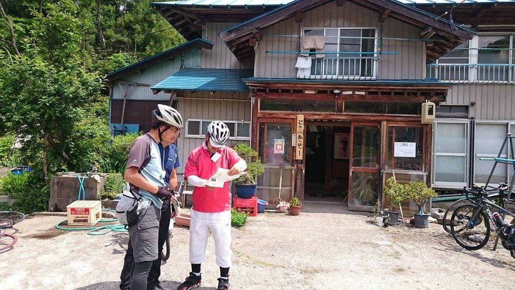 村の人から愛され続けている酒井豆腐店。村外のファンも多く、店頭に出ている「あっぞー」「なくなったぞー」の看板を撮影