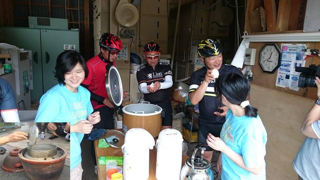 村を代表する米農家・本名さんの作ったお米でおにぎりを握って、みんなでお喋りしながら食べようという体験も。