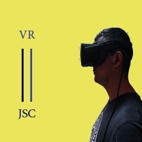 Sobre un fondo amarillo, Juan Serrano Cazorla lleva en la cabeza un casco o dispositivo de realidad virtual Oculus Rift. Se aprecian, a la derecha, las siglas JSC y VR (RV).