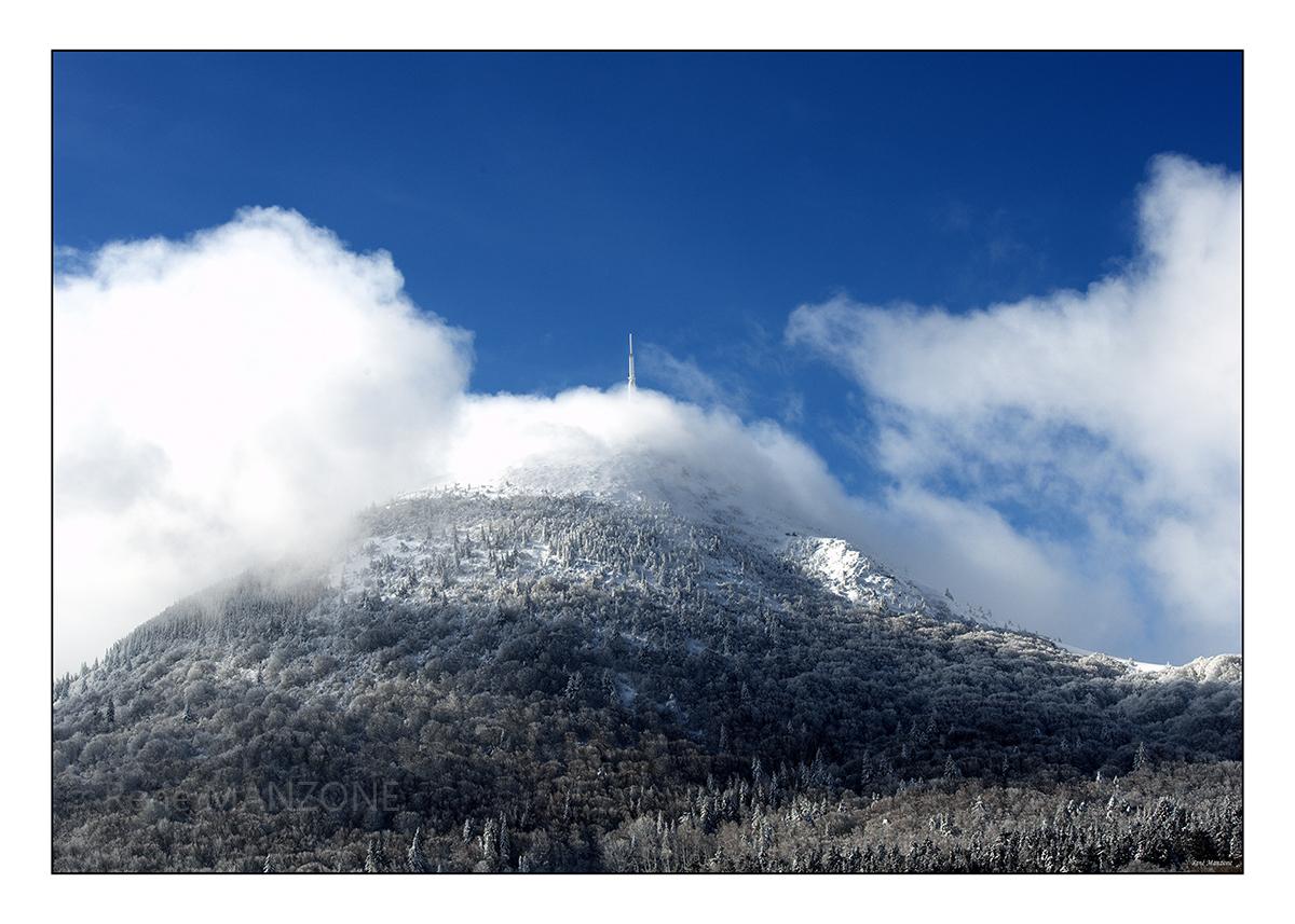 Le puy de Dôme dans la brume matinale