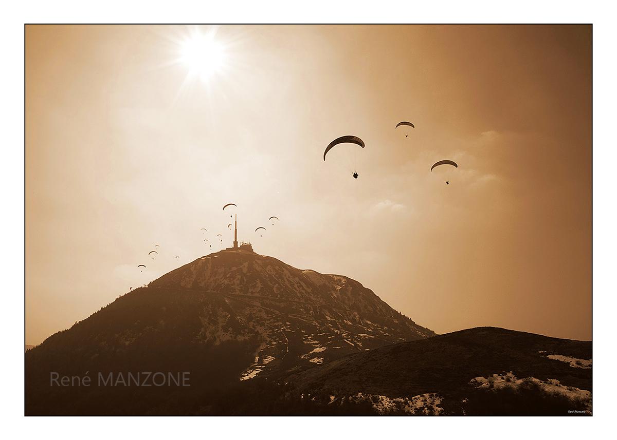 Grappe de parapentistes au sommet du puy de Dôme