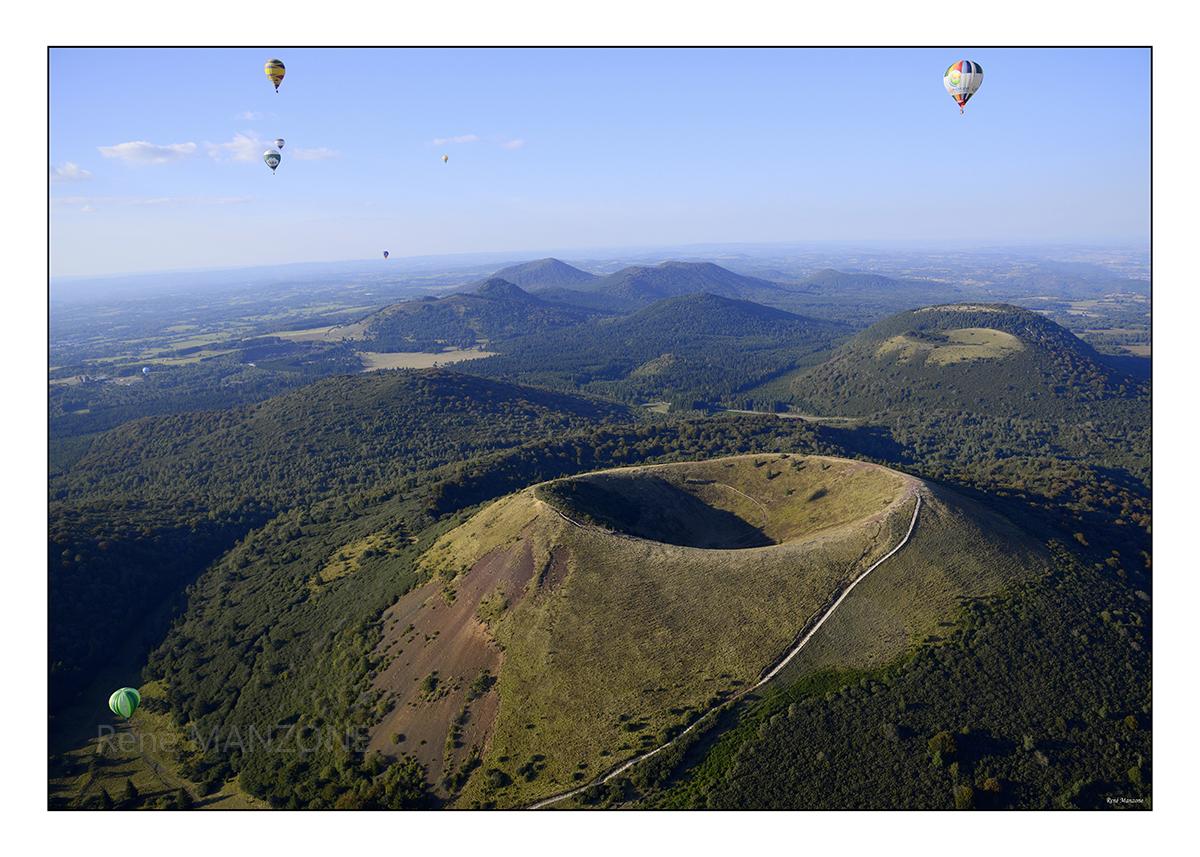 Montgolfières en vol au-dessus du puy de Pariou