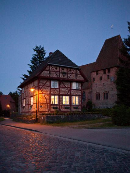 Zollhaus und Kirche. Foto: Nina Strugalla