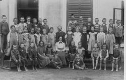 SchülerInnen mit Lehrerin Anna Schaden (1906 - 1907)