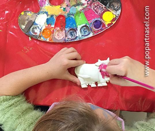 Pintando escultura de escayola Pop Kids by Nasel en Familyland Market Madrid
