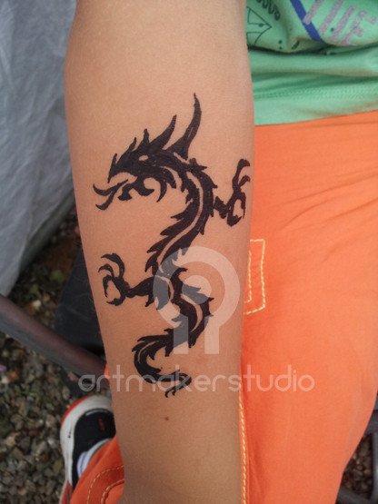 Tattoo temporal hecho con plantilla - Dragón tribal