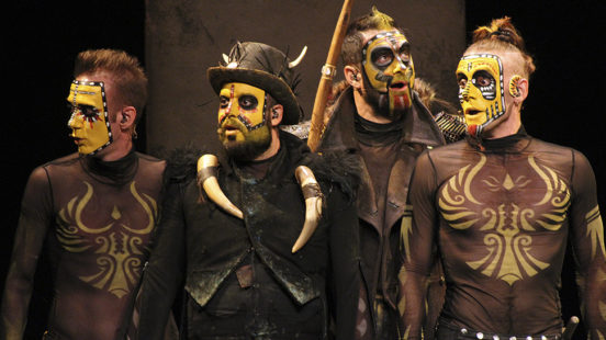 The Primitals Yllana, Teatro Alfil . Madrid 2017 Pintura Vestuario y Atrezzo