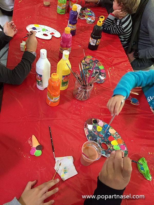 Niños pintando esculturas de escayola Pop Kids by Nasel en Familyland Market Madrid