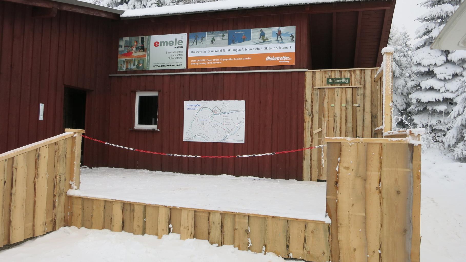 Unsere Skihütte mit neuer Terrasse für Siegerehrungen mit den Hauptsponsoren Emile Kamine und Globetrotter.de