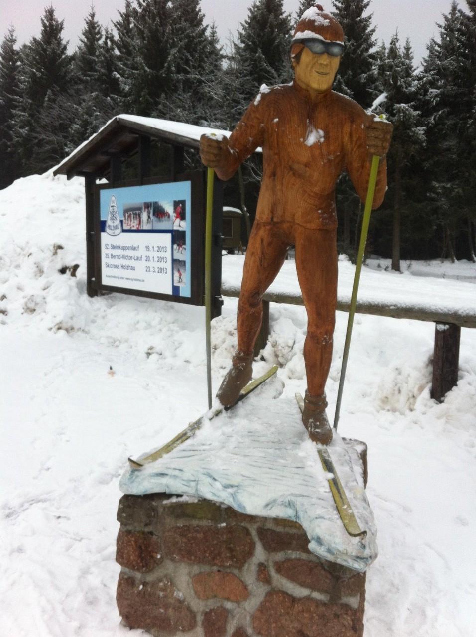 Neue Holzfigur im Skistadion