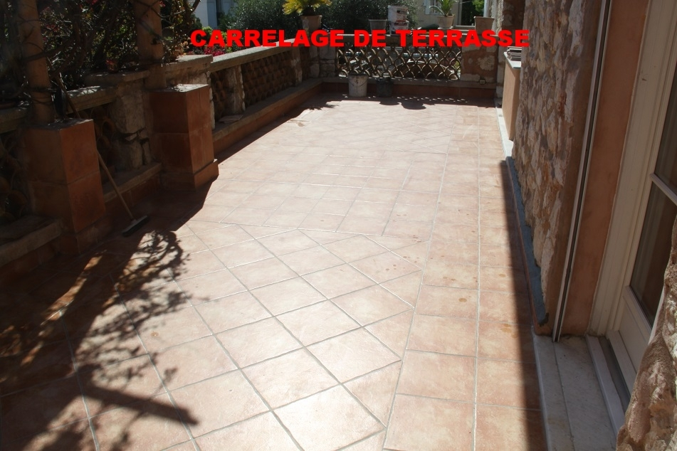 une terrasse carrelée en terre cuite
