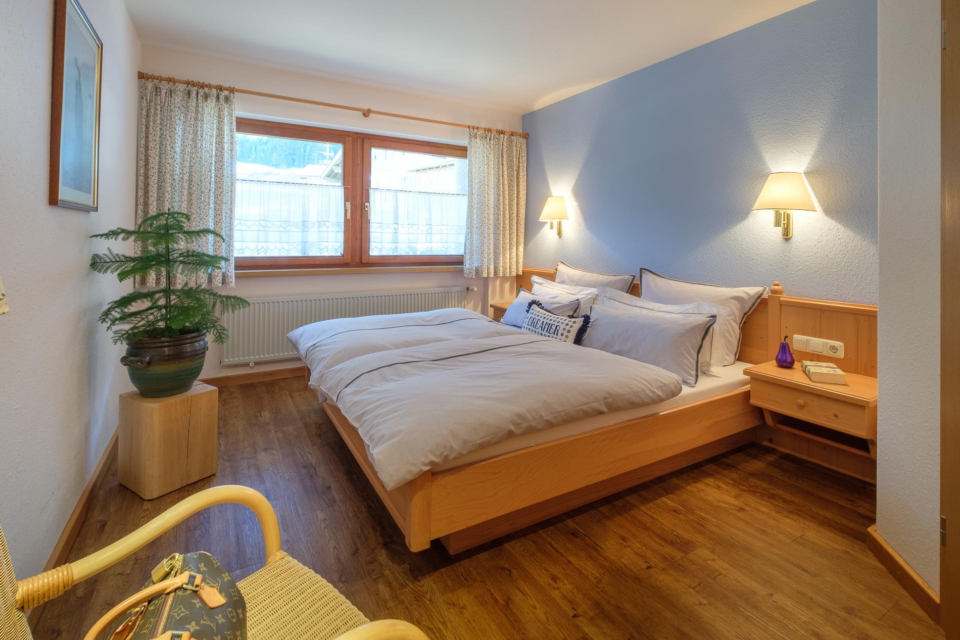 Schlafzimmer mit Außenjalousien.