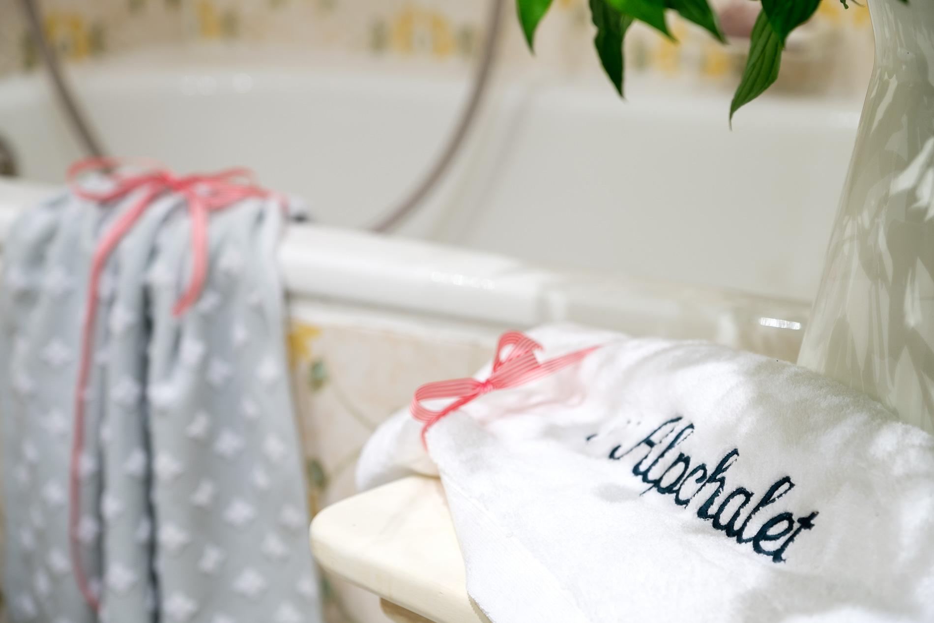 Badezimmer mit Badewanne und Handtuchtrockner.