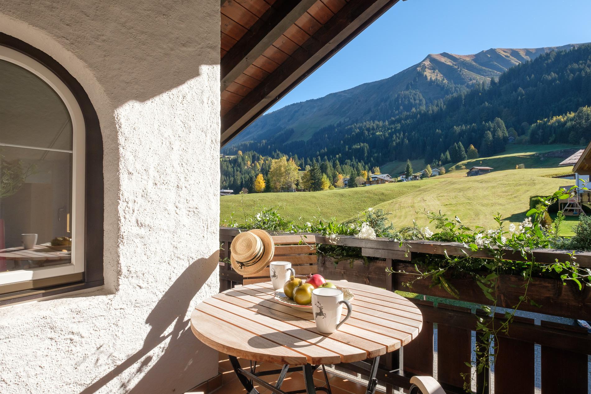 Überdachter Balkon mit Bergpanorama.