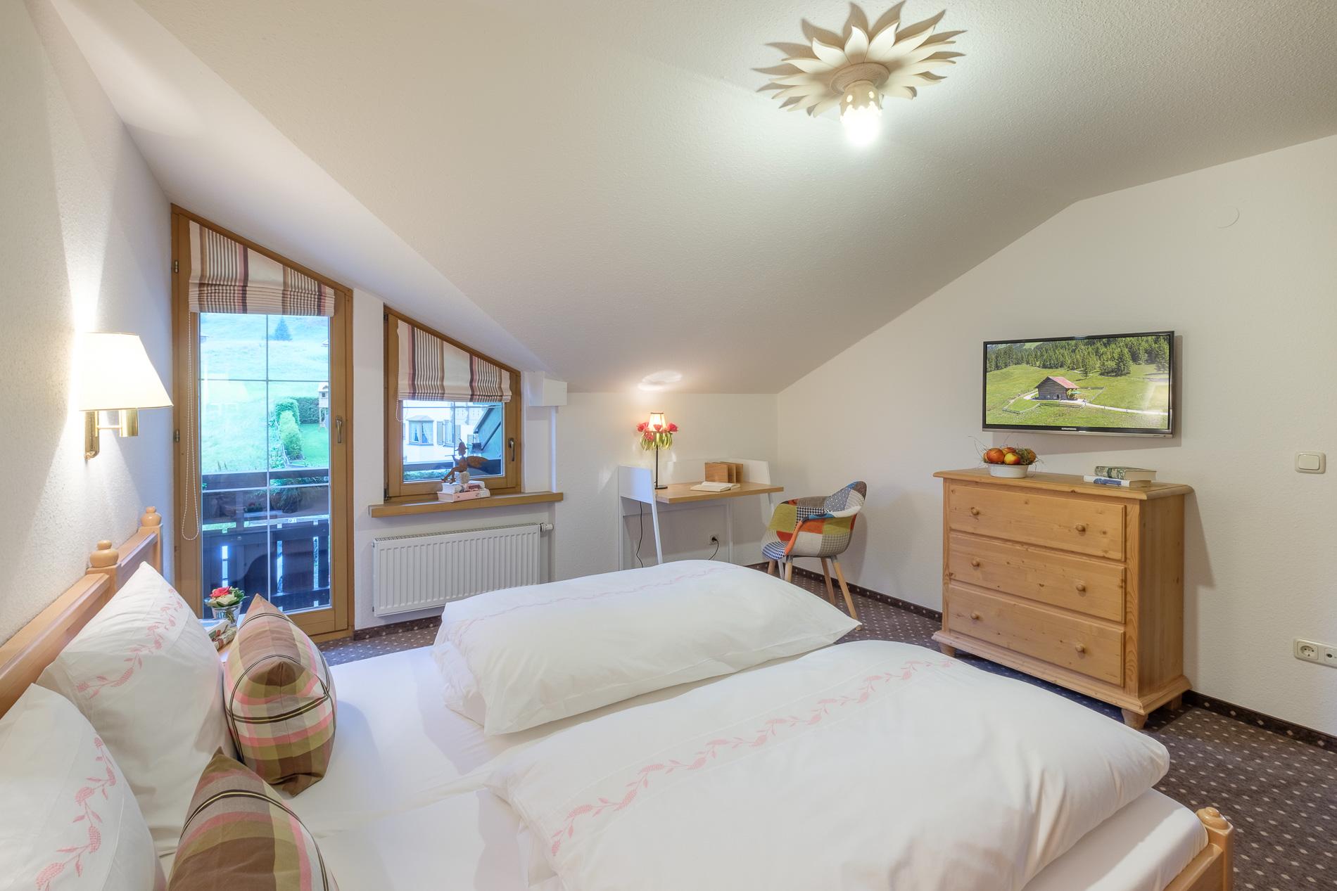 Schlafzimmer mit kleinem Zierbalkon und 2. Flat-TV.