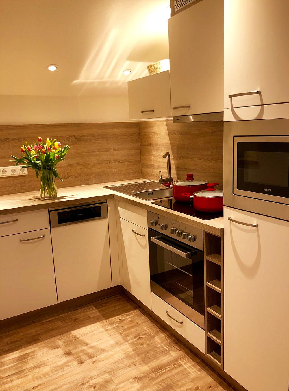 Komfort-Küche mit Spülmaschine, 4-Platten-Herd + Backofen u. Mikrowelle.