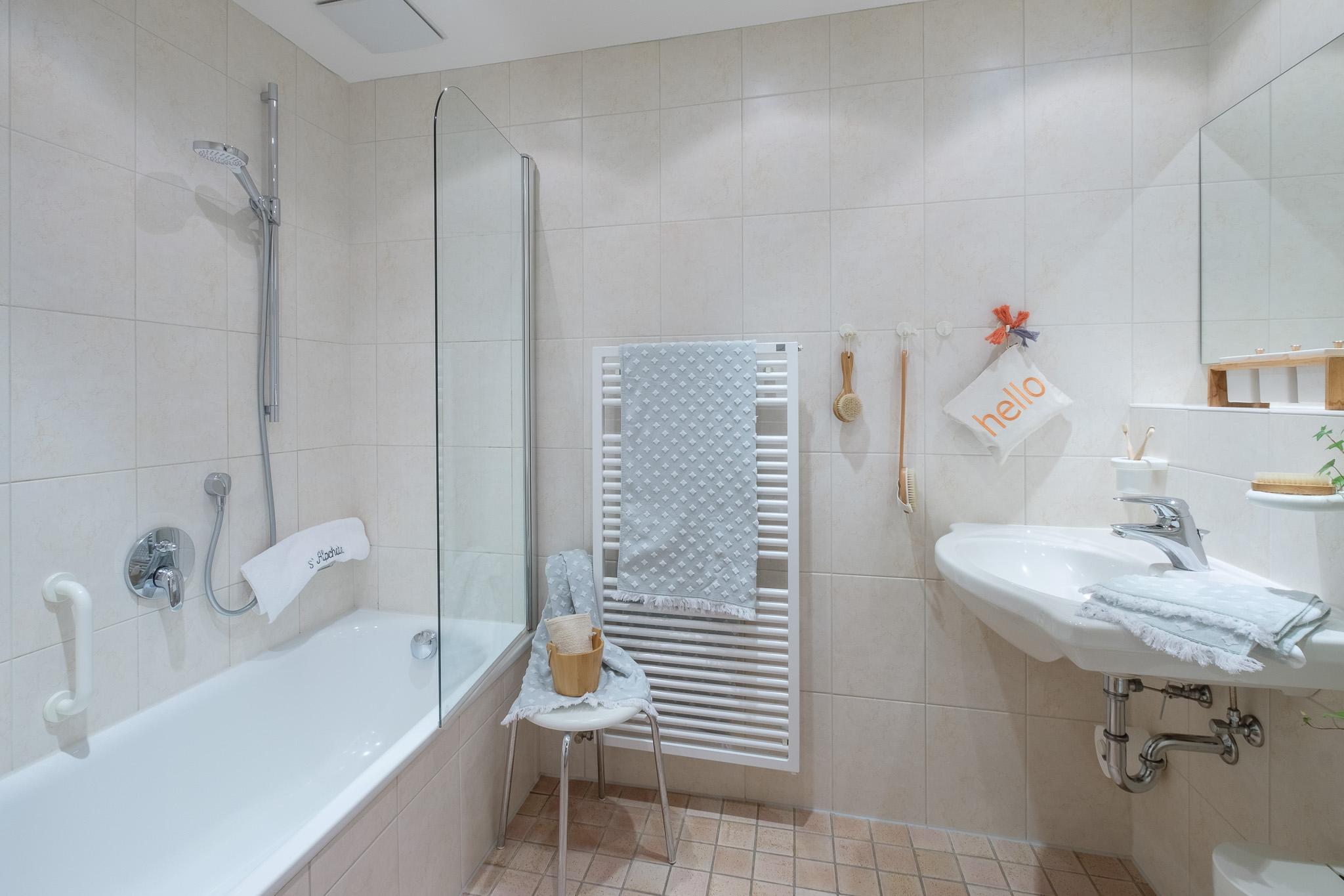 Badezimmer mit Badewanne und Dusche.