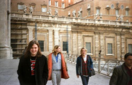 Jonathan Poneman, Kurt Cobain, & TAD's Steve Wied, Saint Peter square, Rome, November 28, 1989 © courtesy of Bruce Pavitt/'Experiencing Nirvana' book