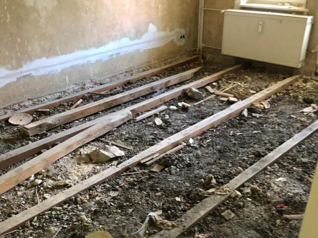 Fußbodenverlegung - den alten Boden entfernt