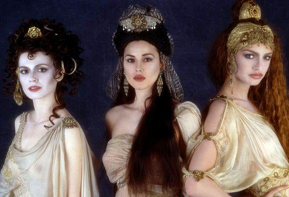 """Forza ragazze, abbiamo quasi sbloccato il look """"streghe autentiche"""": ora ci servono solo qualche piuma di corvo e un gatto nero da chiamare """"Lilith"""" (immagine dal film """"Dracula di Bram Stoker"""" )"""