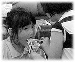 Picture of a Korean child eating asian food. See pictures of the city life here! Bilder vom Stadtleben.