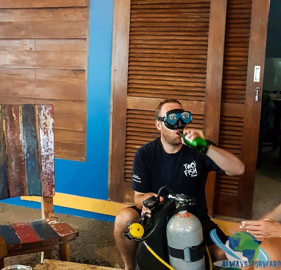 blindes montieren der Ausrüstung, natürlich mit Bier