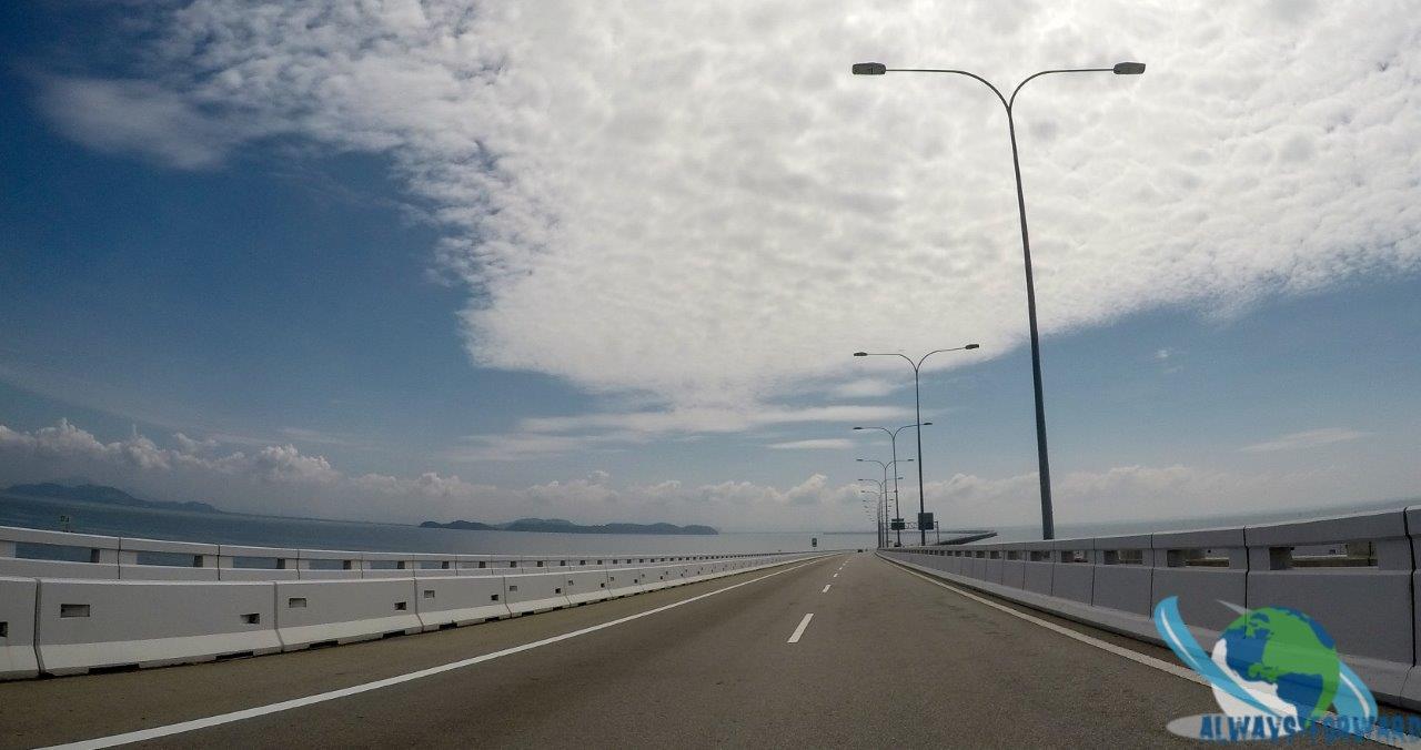 eine laaange Brücke von der Insel zum Festland