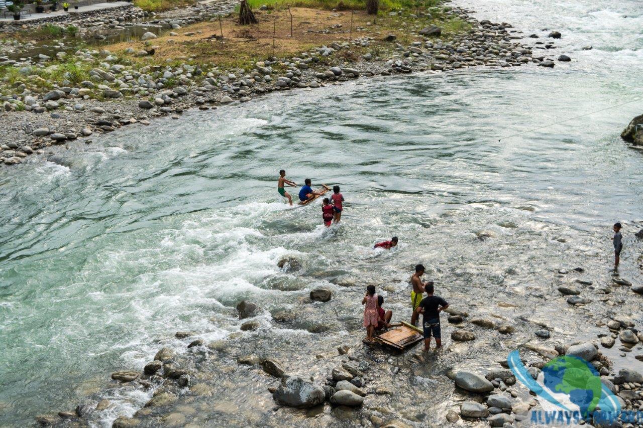 Kinder haben Spass im Fluss