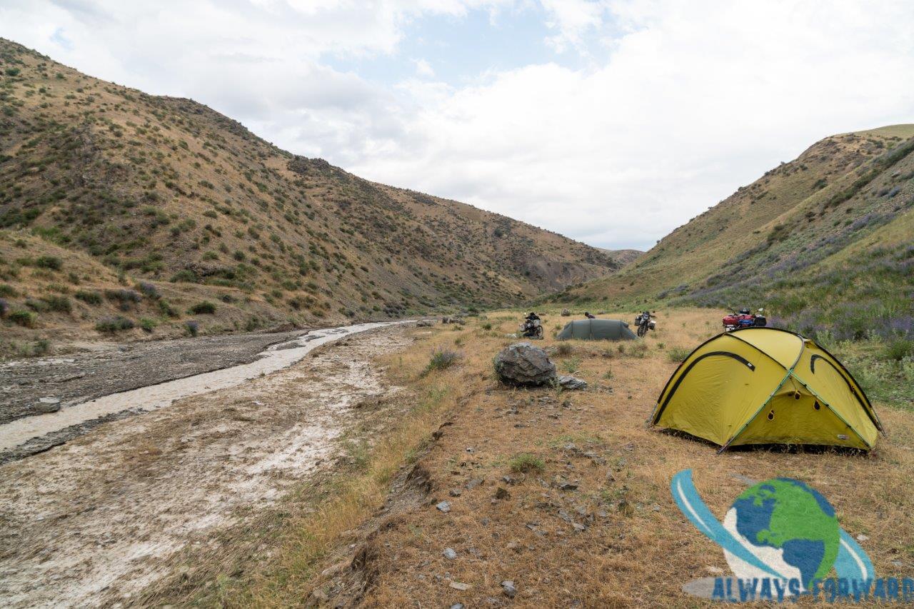 Campen am Flussufer