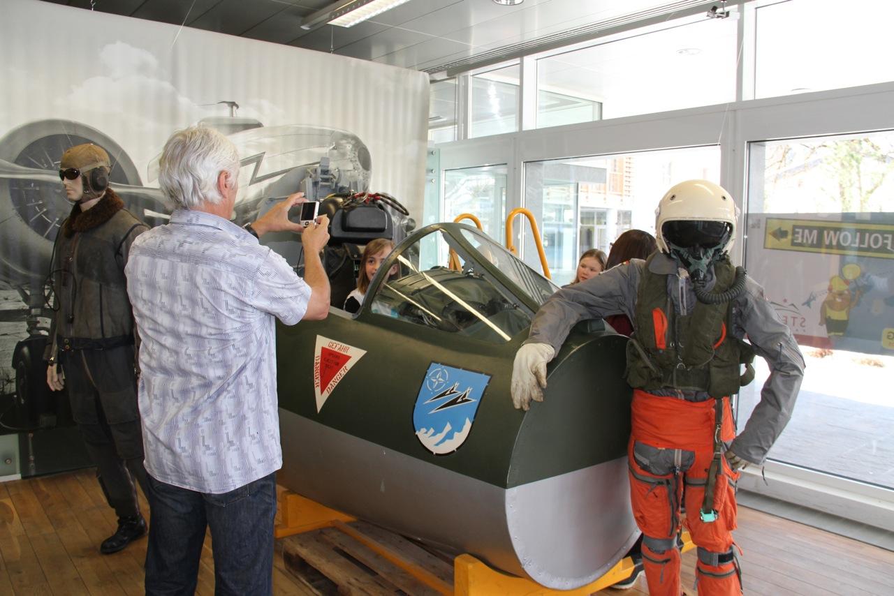 Führung druch die Ausstellung – für alle zum anfassen und reinsitzen in die Düsenjet-Maschine