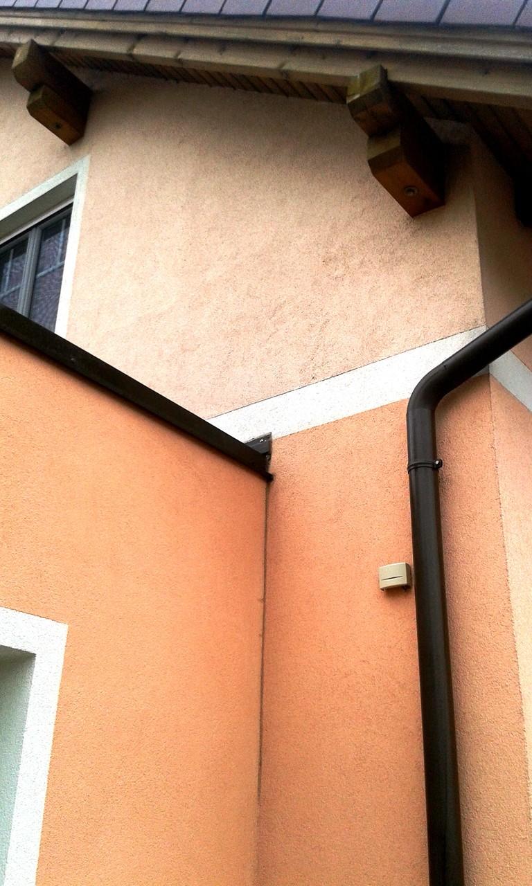 Oben unbehandelte Fläche - unten wurde die Algenentfernung/Fassadenreinigung bereits durchgeführt